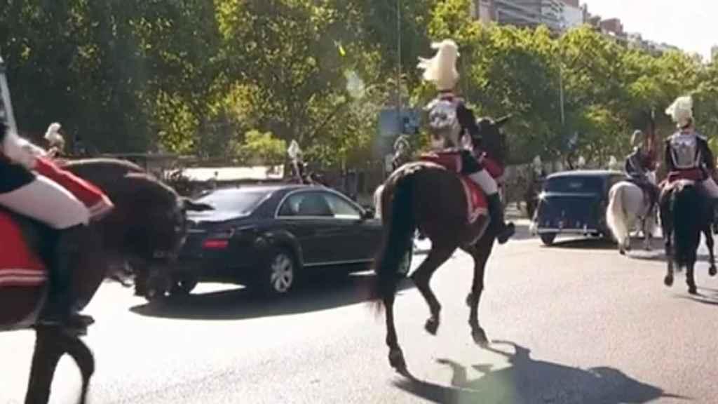 La infanta Sofía, dentro del Mercedes, sigue a los Reyes en el Rolls.