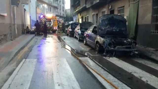 Un vecino de Molina de Segura ha quemado varios coches y ha disparado contra agentes de Policía.