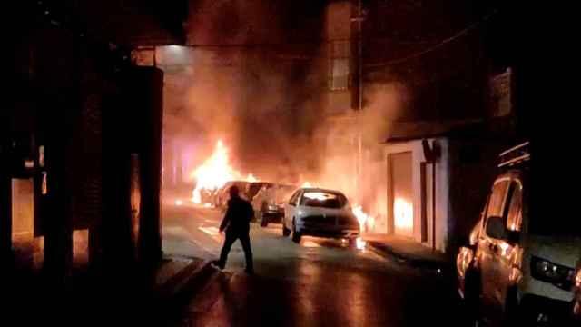 Bomberos y policías tuvieron que emplearse a fondo para sofocar un incendio provocado en Molina de Segura.