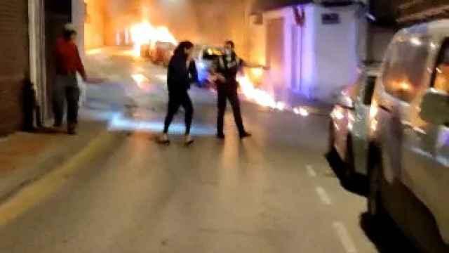 La Policía Local de Molina de Segura desalojando a los vecinos tras el incendio provocado por Antón 'El Baronco'.