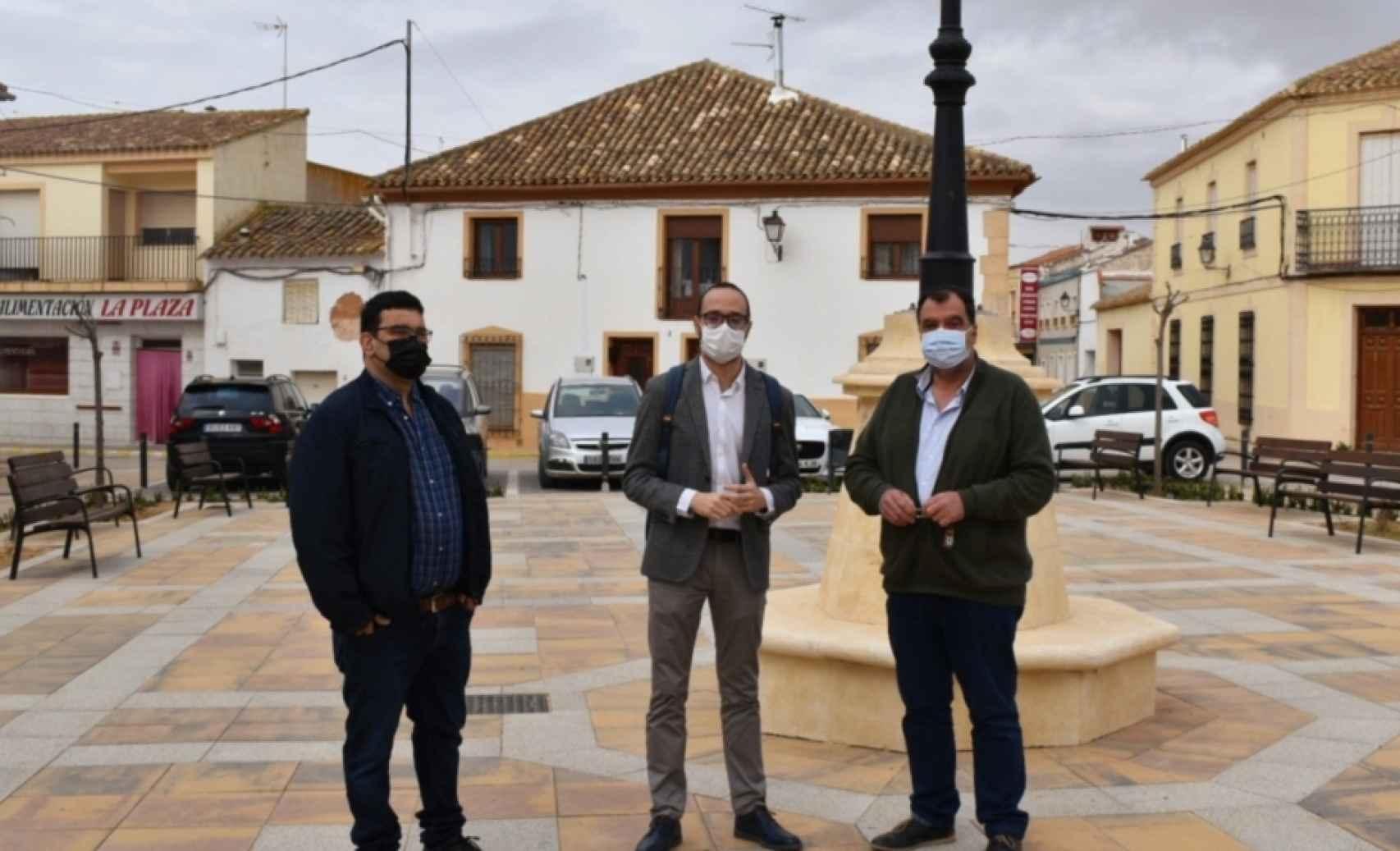 Miguel Escobar, teniente de alcalde; Fran Valera, vicepresidente de la Diputación, y José Luis Martínez, alcalde de Villalgordo, en la plaza.