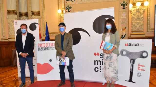 Óscar Puente, Javier Angulo y Ana Redondo posan delante de los carteles oficiales de Seminici