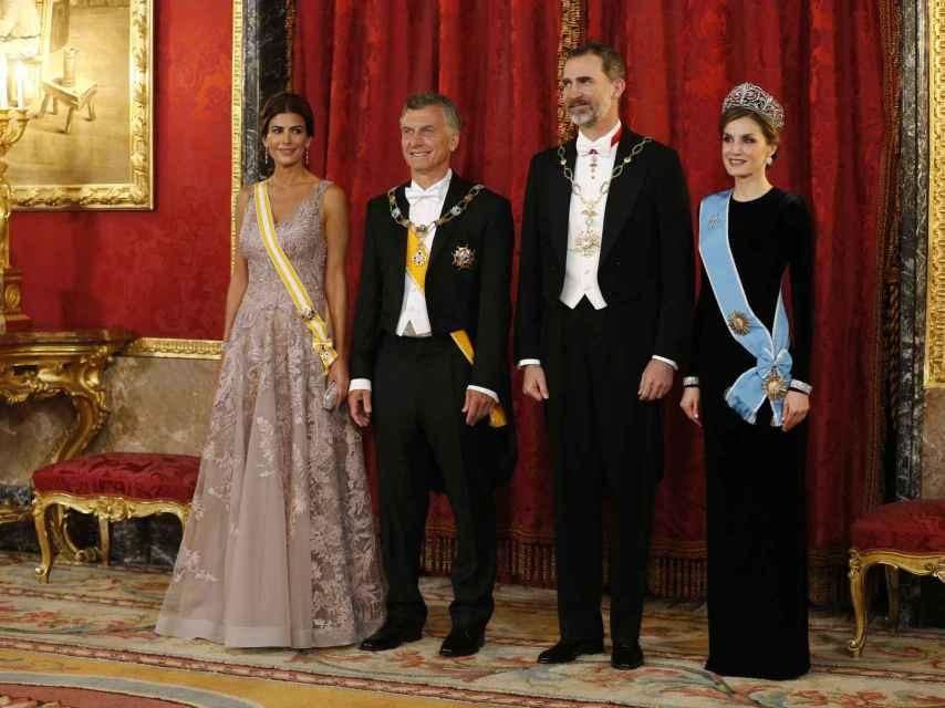 La reina Letizia con vestido de terciopelo negro de Felipe Varela para recibir, junto al Rey, a Mauricio Macri y Juliana Awada.