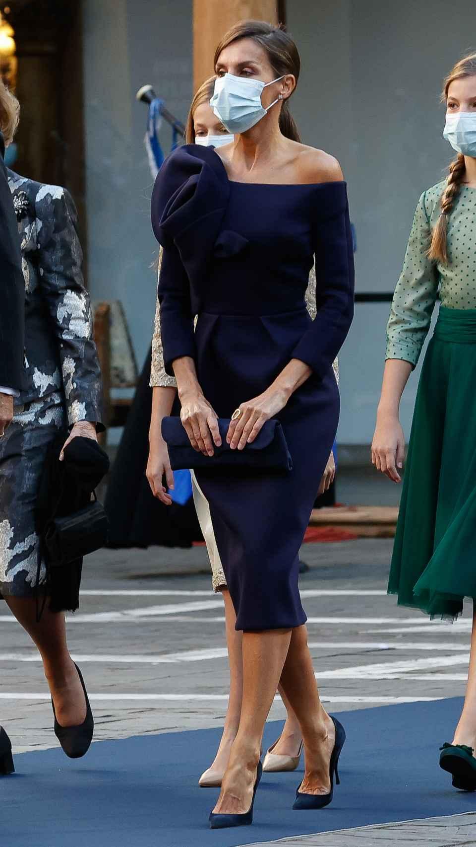 La reina Letizia con vestido de Delpozo en los Premios Princesa de Asturias 2020.