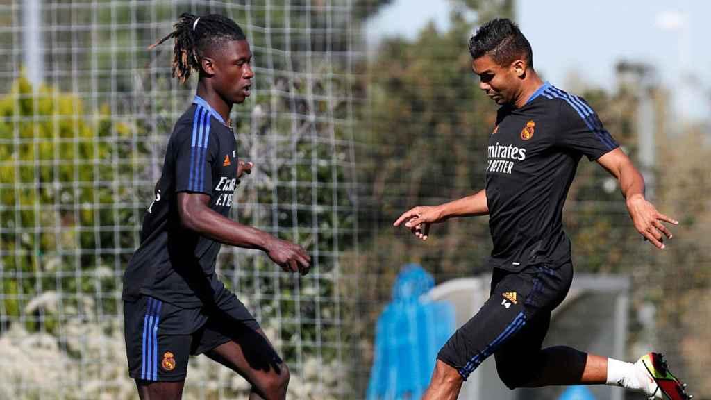 Eduardo Camavinga y Casemiro, en un fotomontaje durante un entrenamiento del Real Madrid