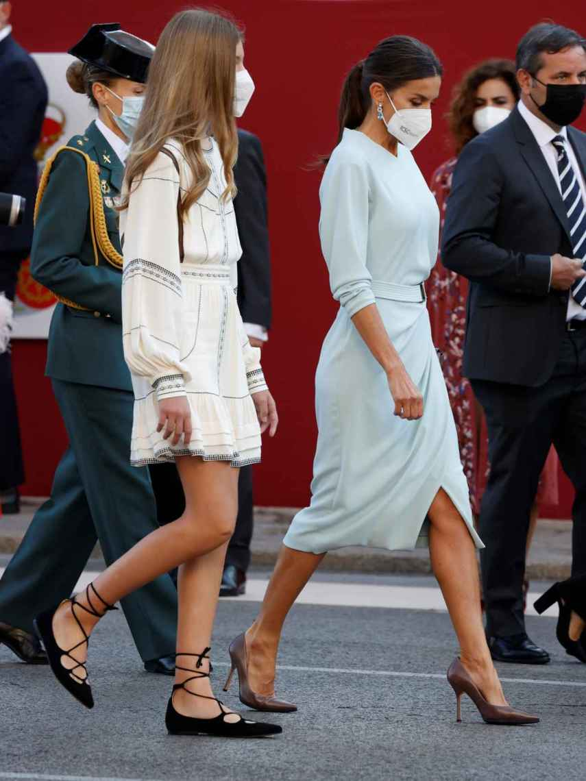 La infanta Sofía y Letizia en el desfile militar por la Fiesta Nacional.