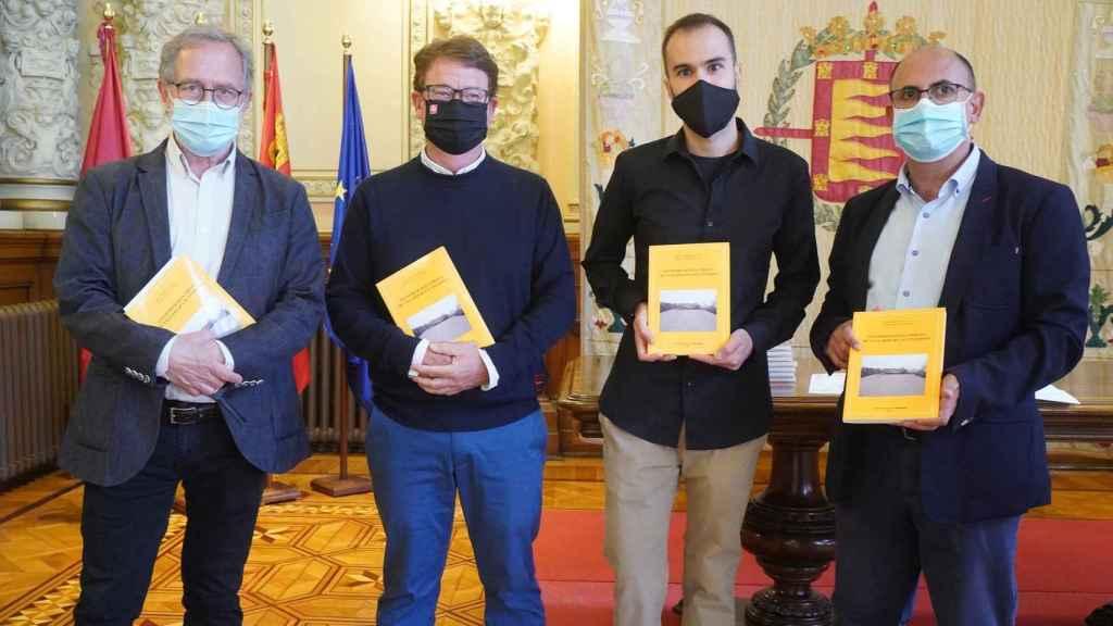 Manuel Saravia y Luis Vélez con los autores del libro