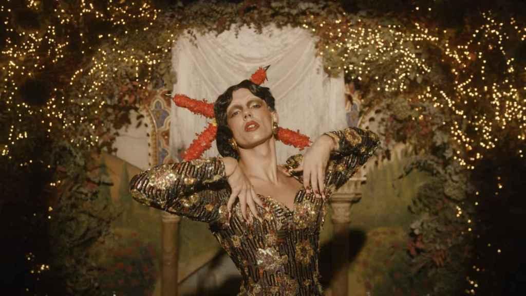 Fotograma del videoclip 'Por España' con la cruz de Borgoña de banderillas.