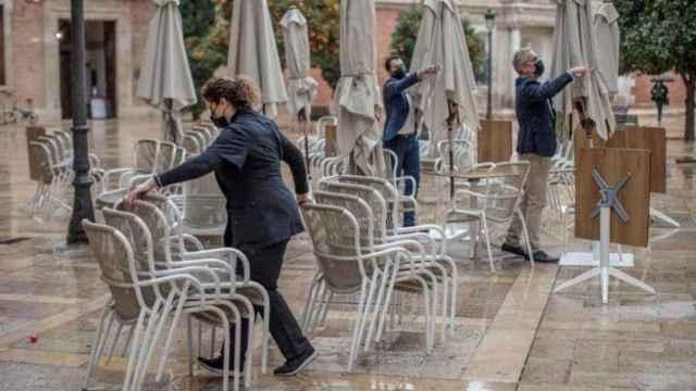 Personal de un local monta una terraza