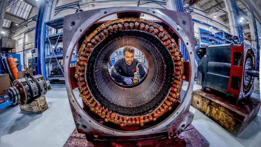 Un trabajador en el e-Motion Center de ABB. FOTO: ABB