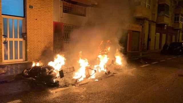 Incendio de varios vehículos en la calle Virgen de Montserrate (Alicante).