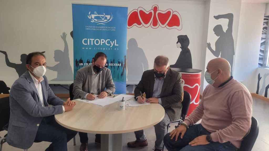 Firma del convenio entre Aviva y los ingenieros técnicos de obras públicas de CyL