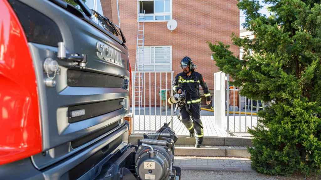 Nacho Valverde / ICAL . Un incendio en la Calle El Parque del barrio del barrio de la Albuera, moviliza a bomberos y policías