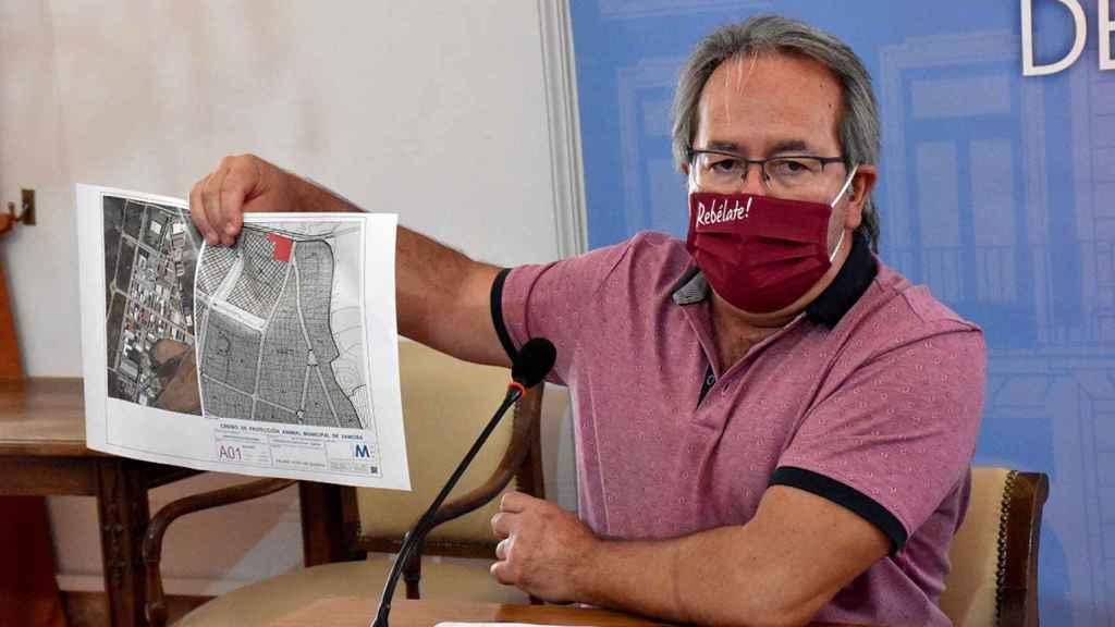 Francisco Guarido con el plano de la nueva perrera municipal