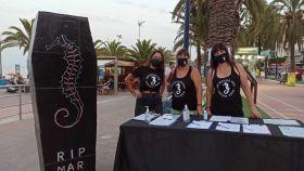 Un grupo de voluntarias de la Plataforma ILP recogiendo firmas por el Mar Menor.