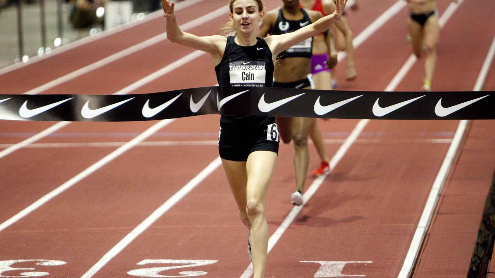 Mary Cain cruzando la meta con el logo de Nike