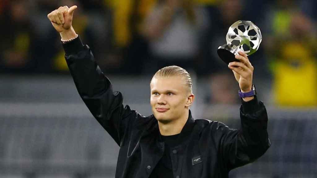 Erling Haaland recibiendo un premio de la UEFA antes de un partido de Champions
