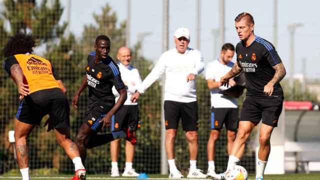 Marcelo, Ferland Mendy, Carlo Ancelotti y Toni Kroos, durante un entrenamiento del Real Madrid