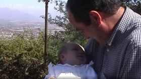 José Bono con su hija Sofía en brazos poco después de ser adoptada.