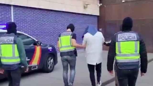 Los agentes de la Comisaría General de Información detienen a uno de los terroristas.