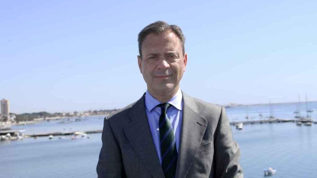 El consejero de Presidencia, Marcos Ortuño, con el Mar Menor de fondo.