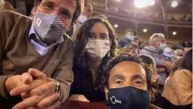 Isabel Díaz Ayuso se fotografía junto al alcalde de Madrid, José Luis Martínez-Almeida, y al periodista David Casas.