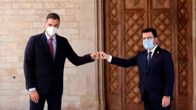Pedro Sánchez y Pere Aragonés se saludan antes de la última sesión de la mesa de diálogo.