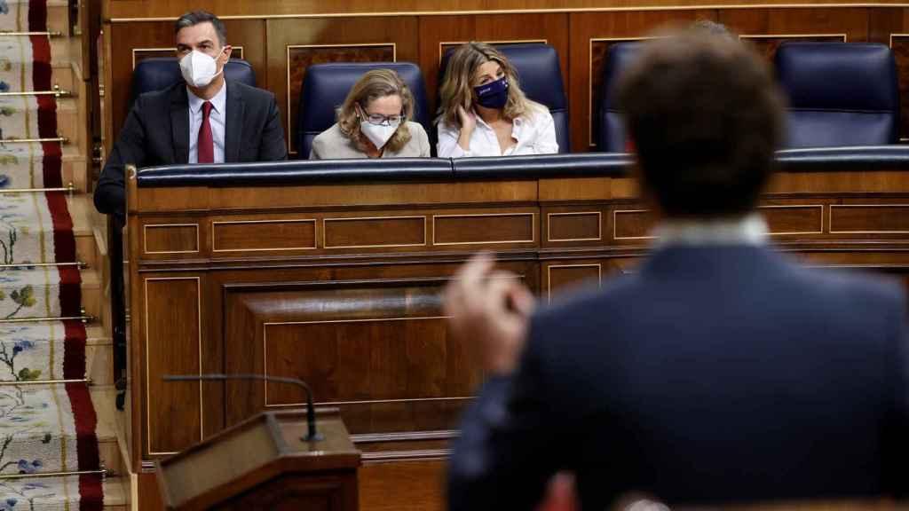 Sánchez y Casado (de espaldas) este miércoles en el pleno parlamentario.