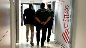Dos agentes de la Guardia Civil, en el Hospital de Torrevieja para investigar el 'hackeo' que denuncia Ribera Salud.