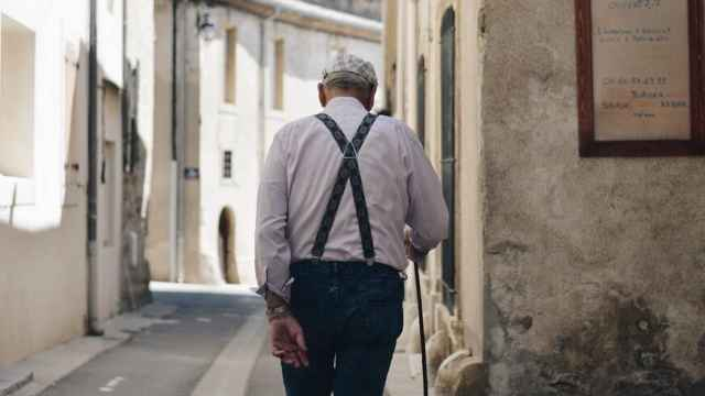 Un jubilado dando un paseo.