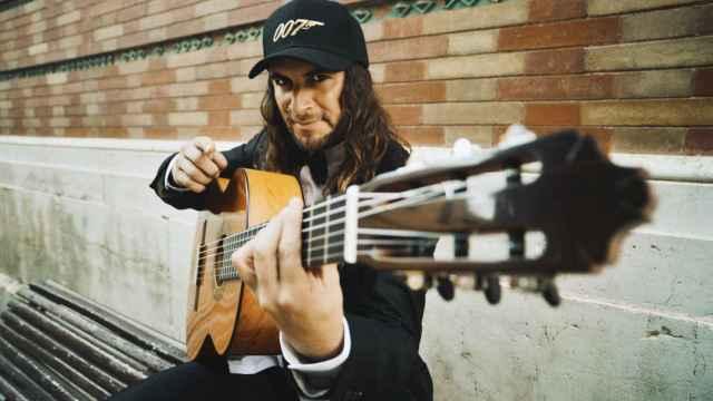 El Almir posa junto a su guitarra española y una gorra de 007.