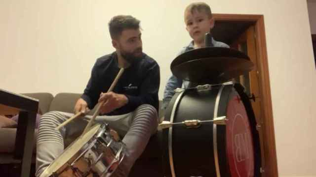 Nono y Manuel tocando en casa.