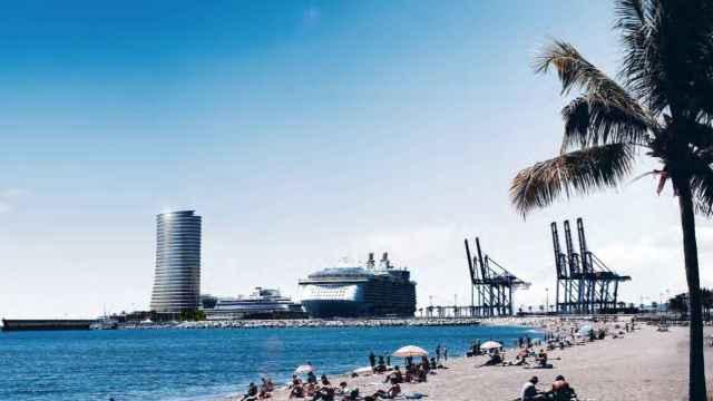 Vista de la torre del puerto de Málaga desde la zona de La Malagueta.