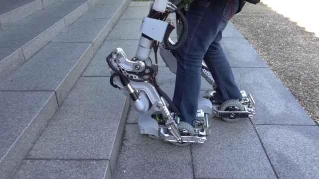 El exoesqueleto permite desde transportar objetos pesados hasta subir escaleras.