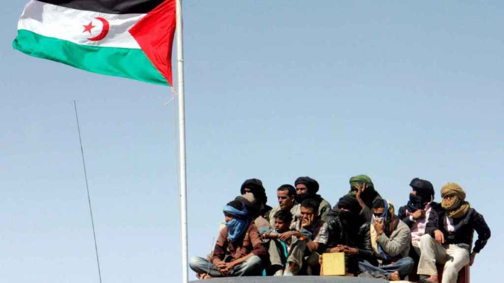 Refugiados saharauis durante un desfile militar.