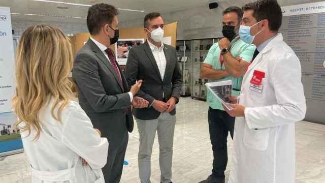 Reunión del diputado del PP con la dirección facultativa de Torrevieja.