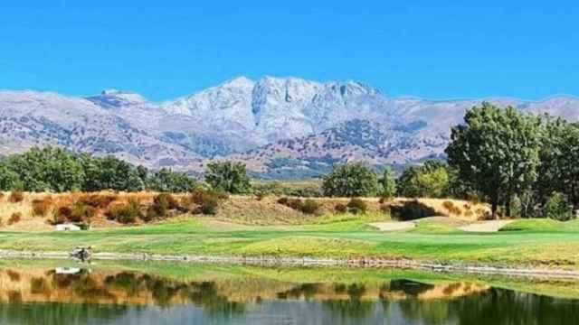 Imagen del campo de Golf Candeleda a los pies del pico Almanzor