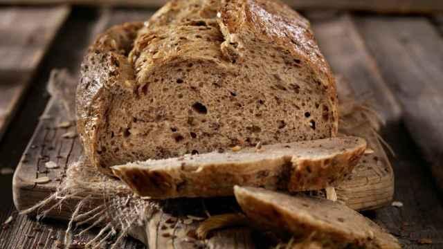 Un rebanada de pan cortada de la hogaza.