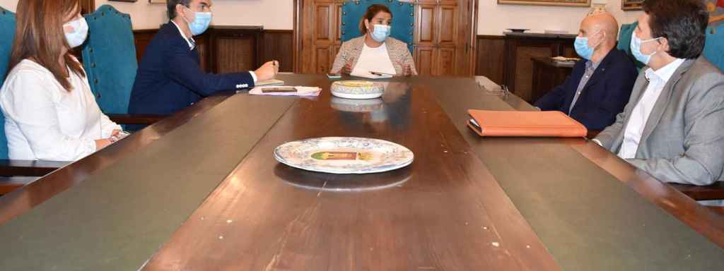 Reunión de la alcaldesa de Talavera, Tita García, con la asociación del comercio