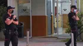 Agentes de la Ertzaintza tras un tiroteo en la Facultad de Ciencias y Tecnología de la UPV/EHU, en Leioa.