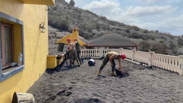 Efectivos del Ejército de Tierra durante las tareas de retirada de cenizas de tejados y azoteas en La Palma.