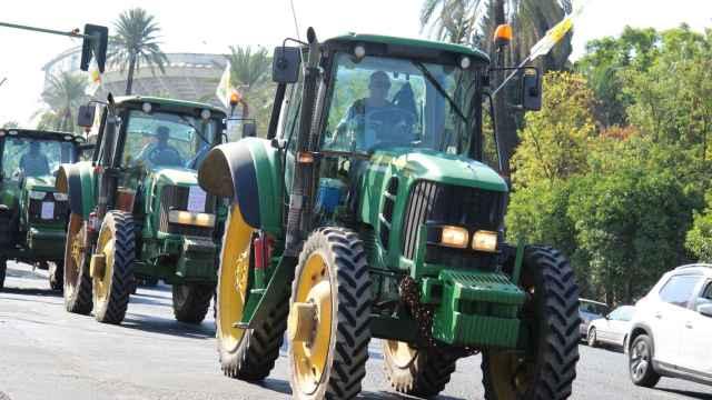 Caravana de tractores y vehículos en Sevilla