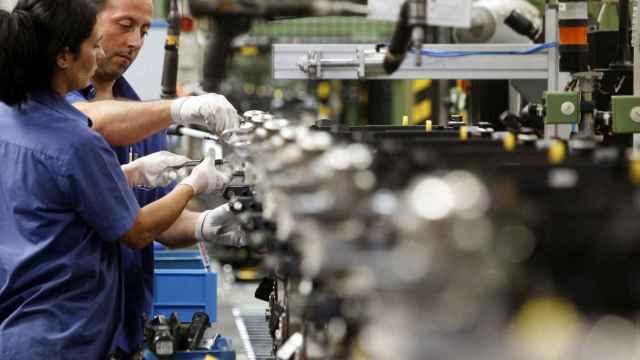 Trabajadores en una cadena de montaje