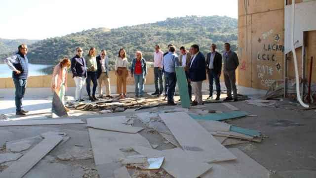 Diputados y alcaldes del PP durante su visita a las instalaciones de Ciudad de Vascos .