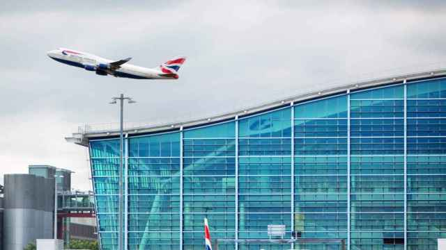 Un avión sale del aeropuerto de Heathrow.
