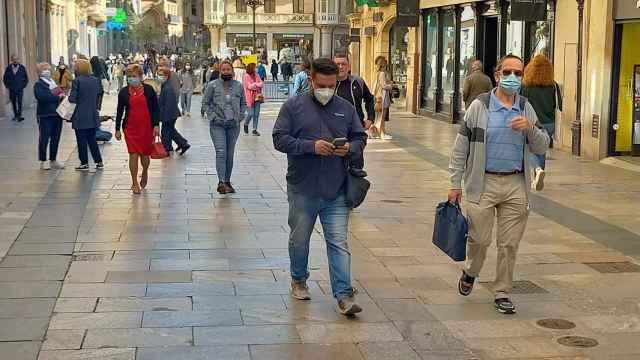 Ciudadanos con mascarillas paseando por las calles de Salamanca