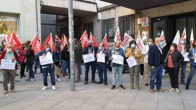 CCOO y UGT de Zamora durante la concentración