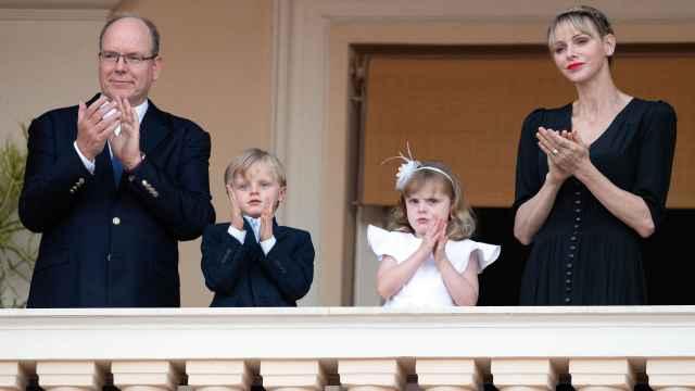 Charlène de Mónaco junto al príncipe Alberto y sus hijos en un acto en Mónaco.