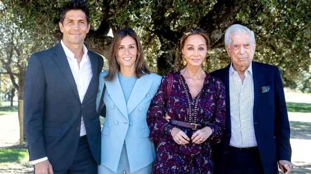 Mario Vargas Llosa reúne a la familia Preysler con políticos y toreros en una gran cita con sabor español