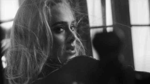 Adele en su nuevo videoclip 'Easy on me'.